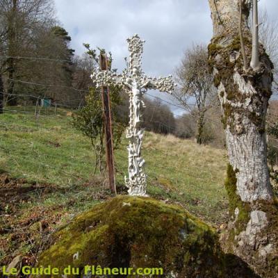 La croix sur le chemin à Armengaud