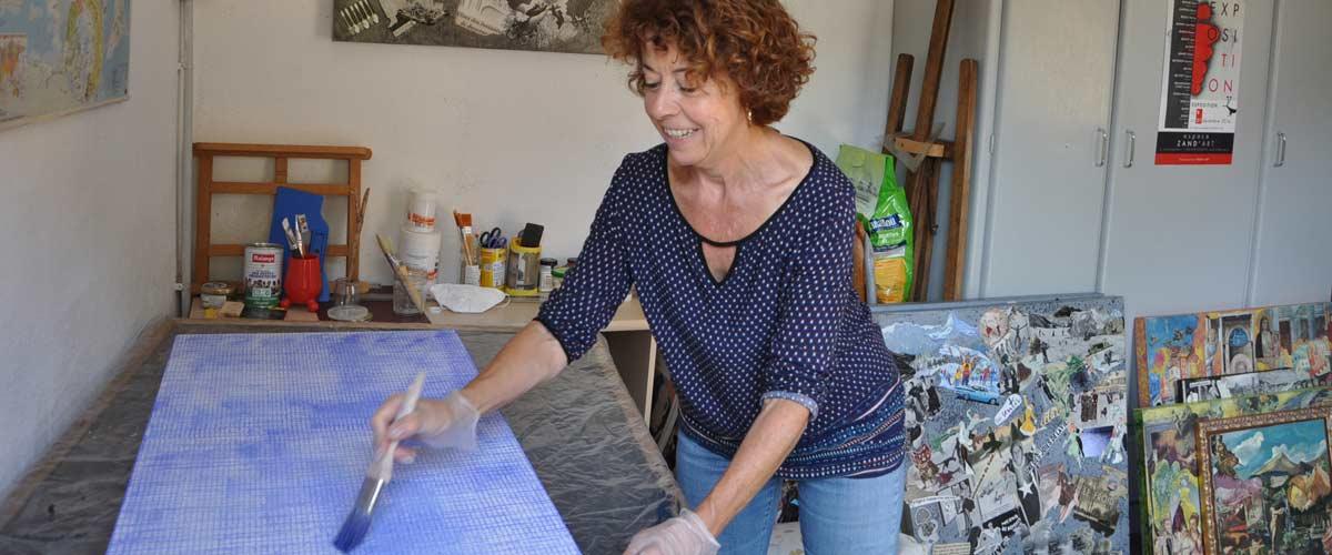 La peintre collagiste Mona Badie