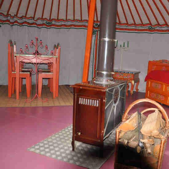 Le chauffage et le mobilier de la yourte