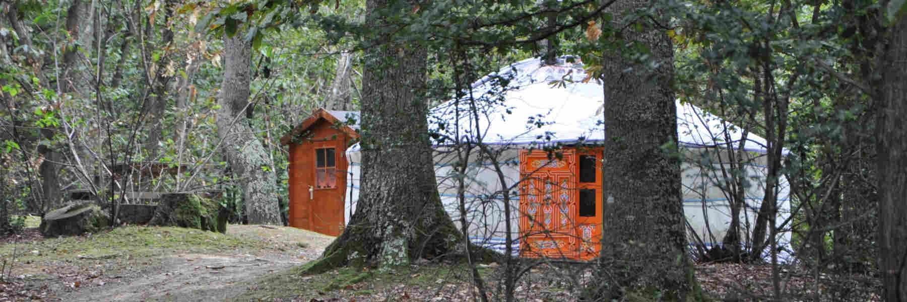 Dormir aux yourtes du bois d'Escoumos