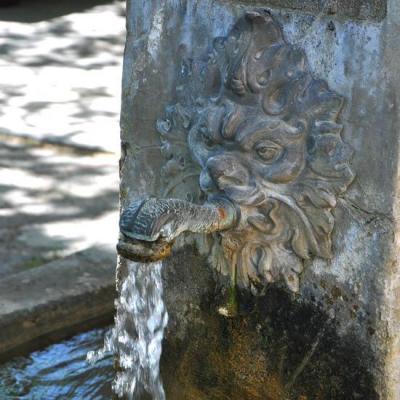 Fontaine sur la place du village