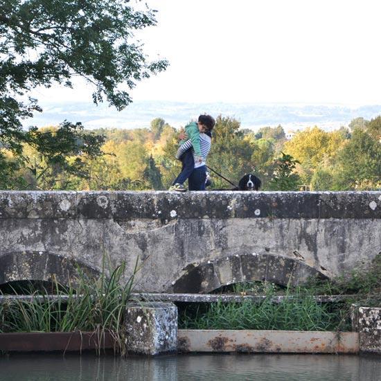 Promeneuse sur l'épenchoir sur le canal